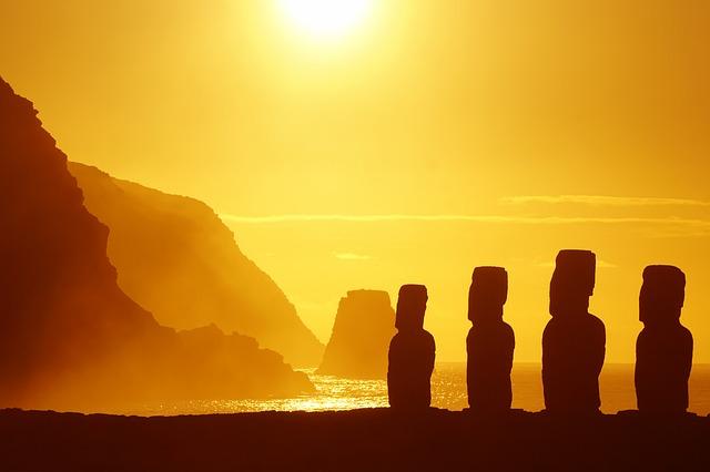 Rapa Nui o wschodzie słońca